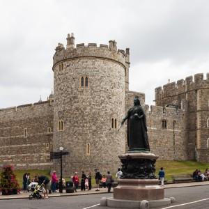 Estatua_de_la_Reina_Victoria_en_la_colina_del_castillo,_Windsor,_Inglaterra,_2014-08-12,_DD_34